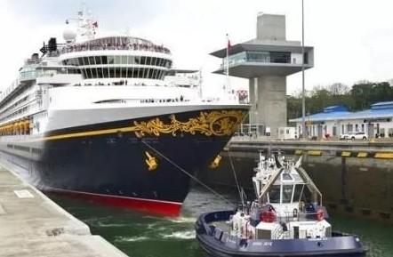 首艘豪华邮轮通过新巴拿马运河船闸