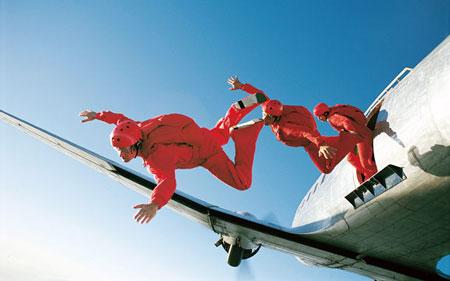 降落伞连接到飞机的机身上