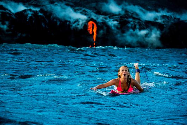 女冒险家在火山口冲浪