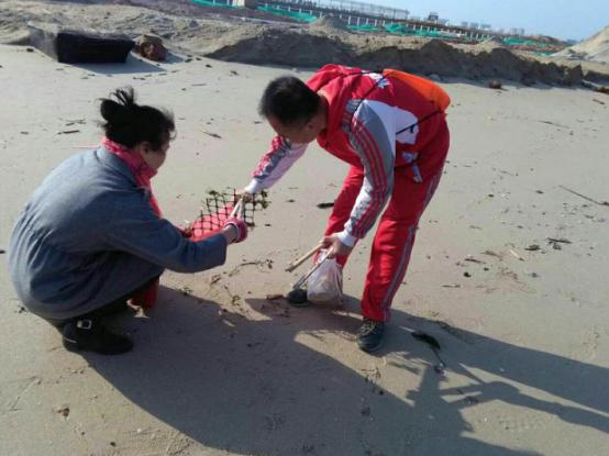 厦门市志愿者开启新春后首场净滩公益行动