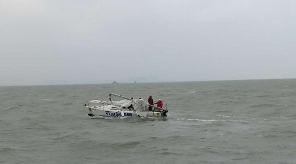厦门一帆船主桅杆断裂受困海上 船上五人获救