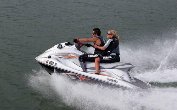 摩托艇托靠什么提供动力?