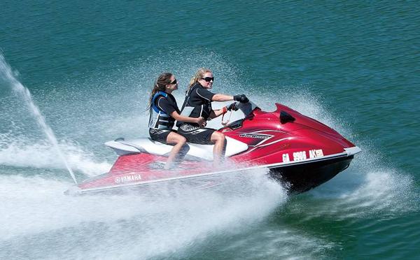 为什么摩托艇工作时后面会喷水?