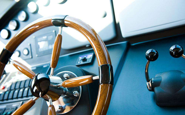 怎样驾驶游艇?