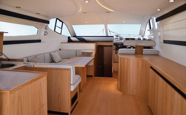 如何对游艇内部的木制家具进行保养